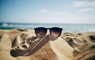 Aurinkolasit rannalla