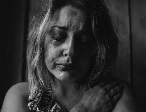 Mitä tapahtuu kun itket piilolinssit silmissä?