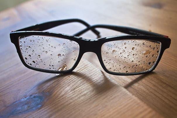 Vesipisaroita silmälaseissa