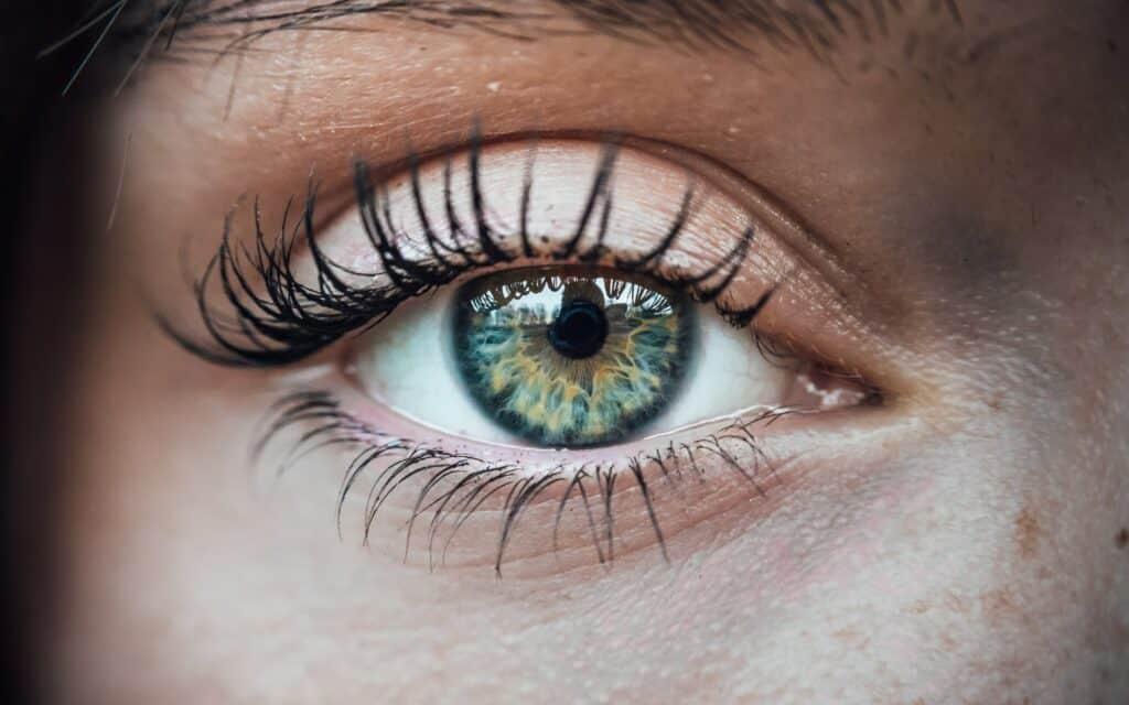 Lähikuva naisen silmästä, jossa on piilolinssi.