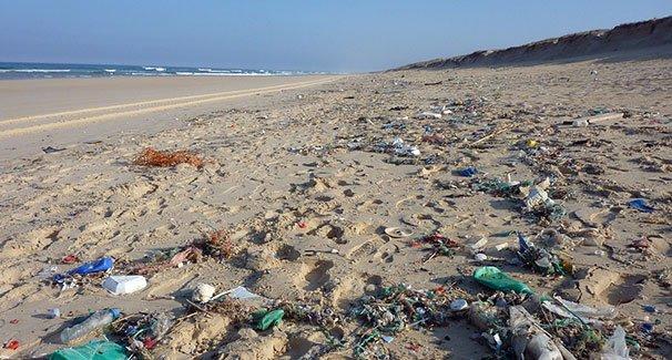 Muovijätettä rannalla