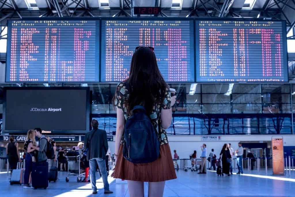 Nainen lentokentällä lähdössä matkalle