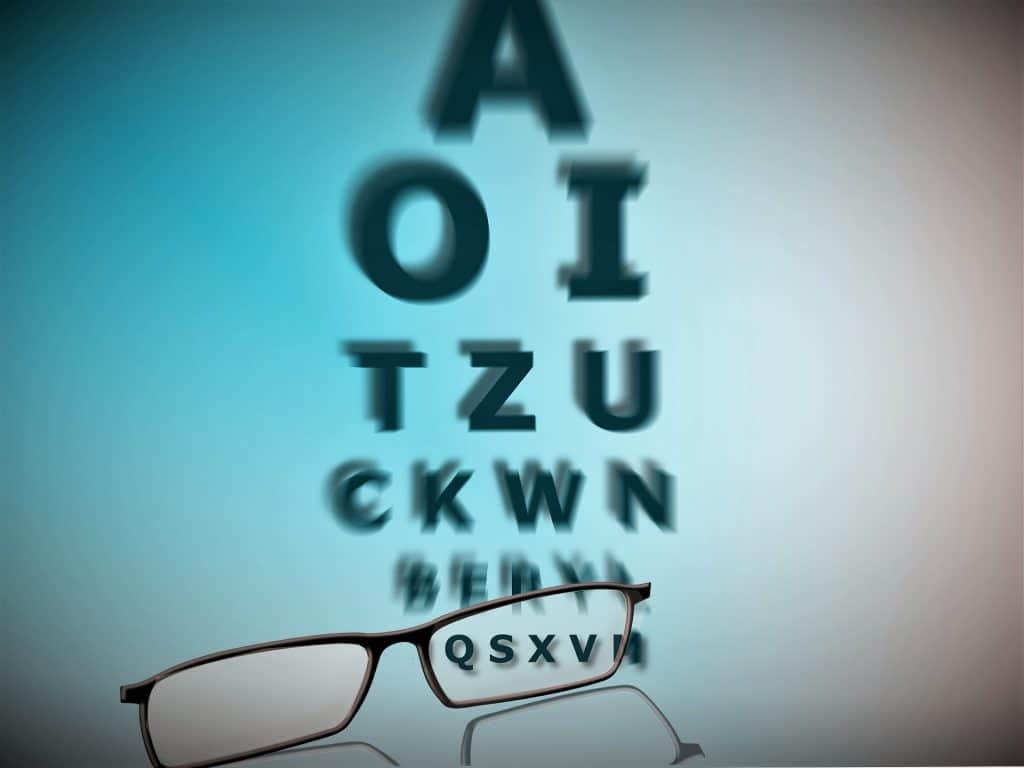 Näöntarkkuutta tutkitaan muun muassa näkötaulun avulla.