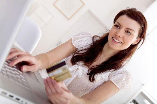 Nainen tekemässä ostoksia netissä