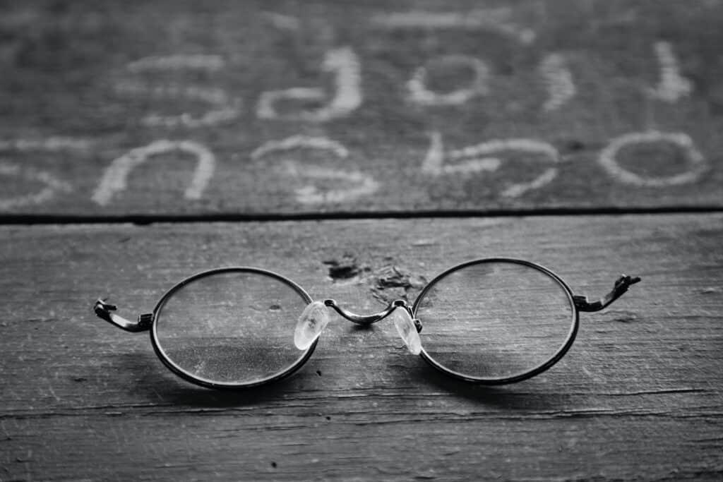 Kuva hopeanvärisistä silmälaseista, joiden sangat ovat katkenneet.