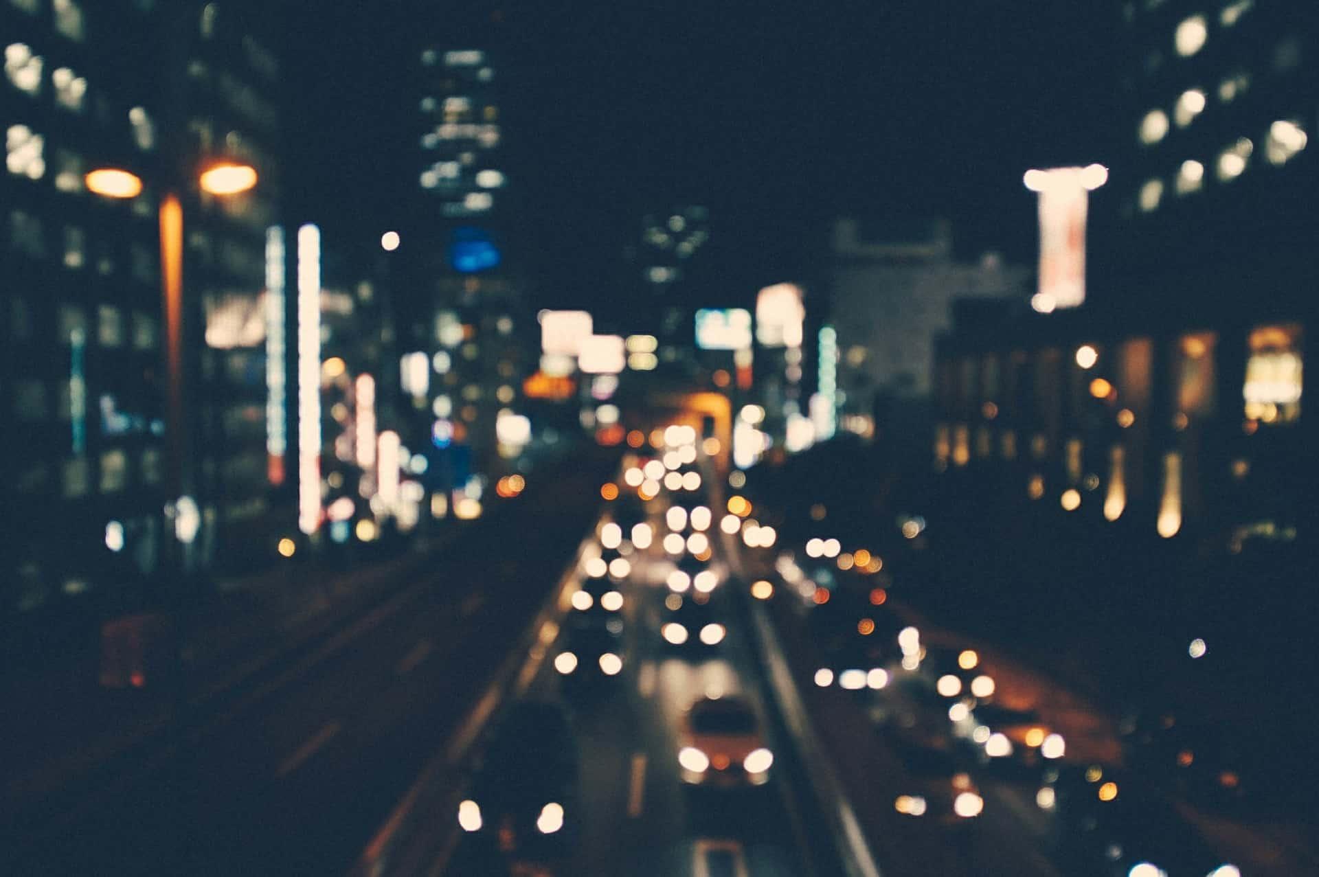 Sumea kuva öisestä kaupungista