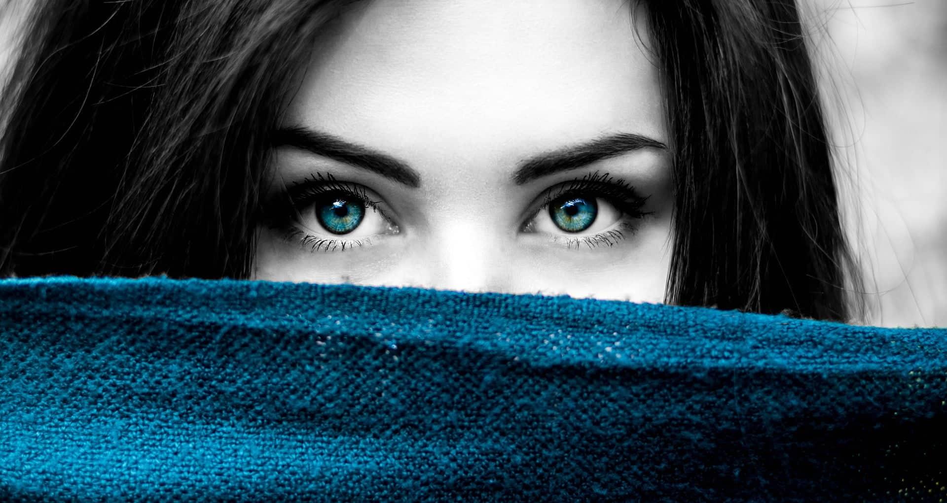 Nainen syvän sinivihreissä silmissään