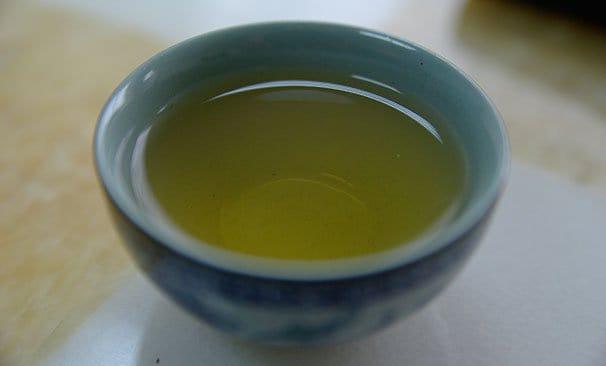 Pieni kupillinen vihreää teetä.